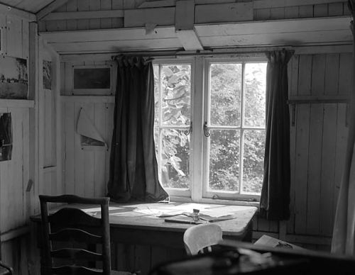 Inside the shed at the Boat House, Laugharne, where Dylan Thomas did much of his writing, 1955. 1955 (Casgliad Geoff Charles, C08545/3)